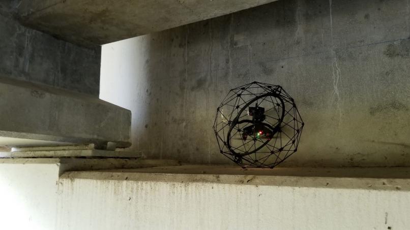 Elios 2 drone inspecteert de onderkant van een brug